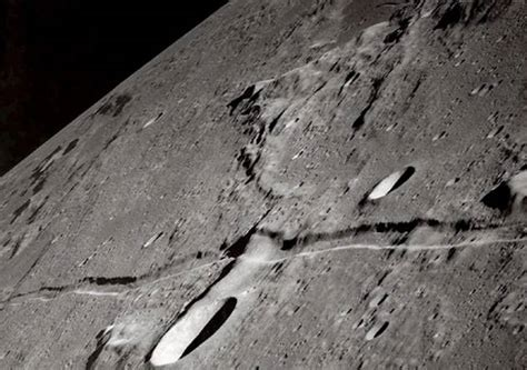 The moon's crack in the Noble Quran, and its appearance to